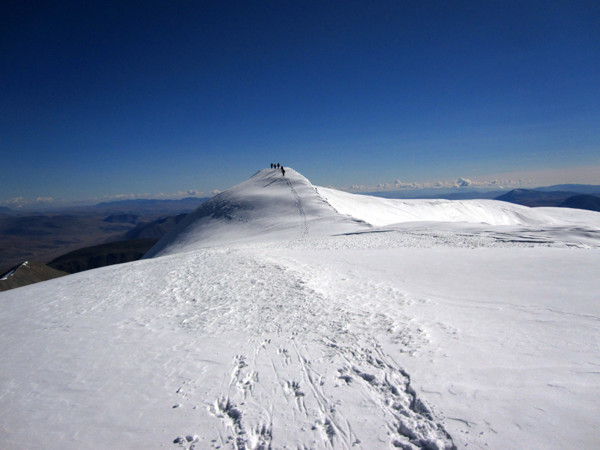 10. Ushukuu and his team on the summit